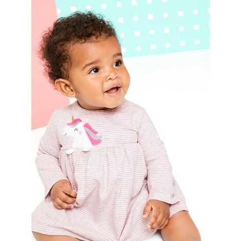 Lachendes Baby im Einhornkleid
